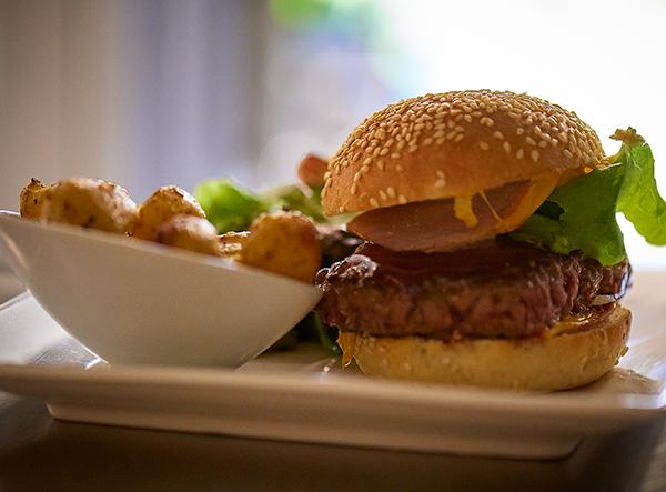 Le Petit Monde, Fontaine-Daniel, Our homemade hamburger